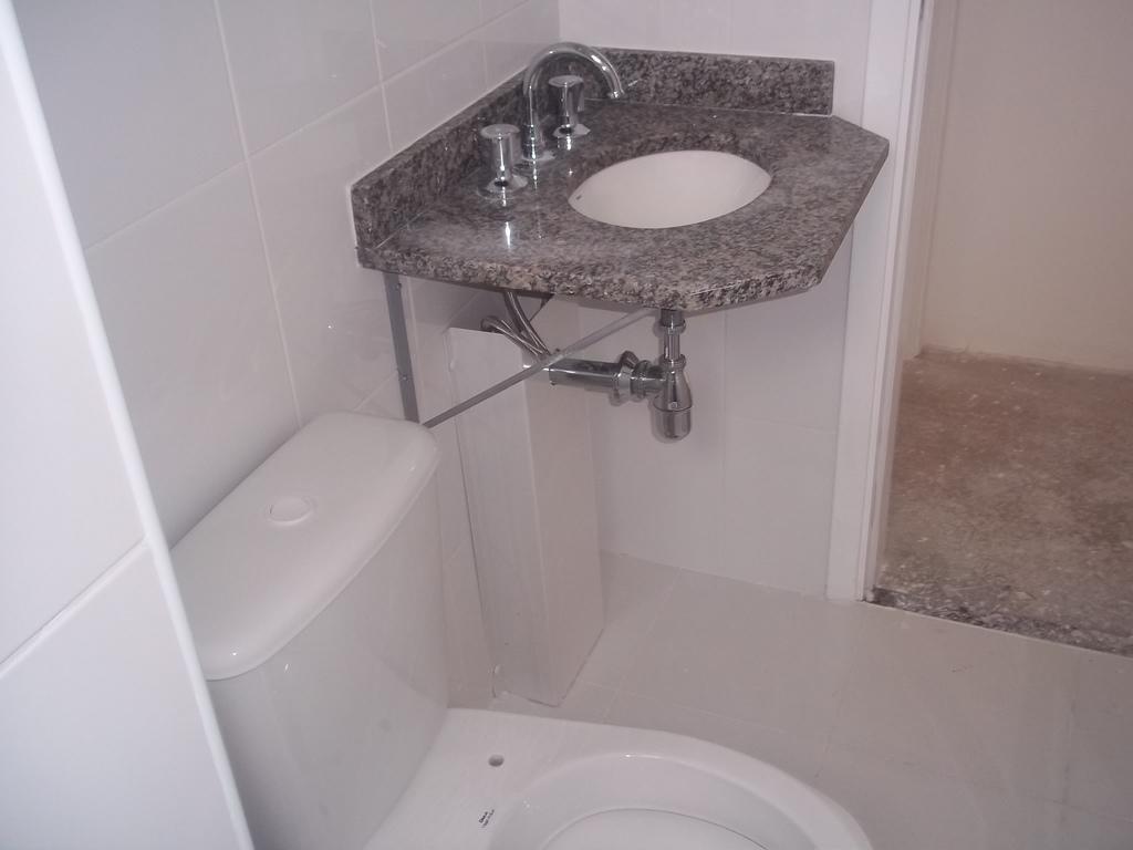 Sei que o banheiro é pequeno mas não curti muito a pia com essas  #735A52 1024 768