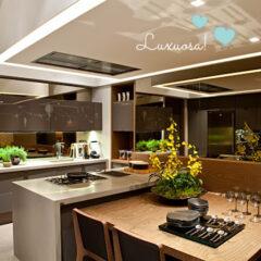 Cozinha com ilha, cooktop e coifa