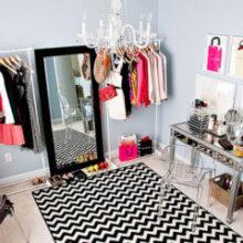 Um closet feito com araras