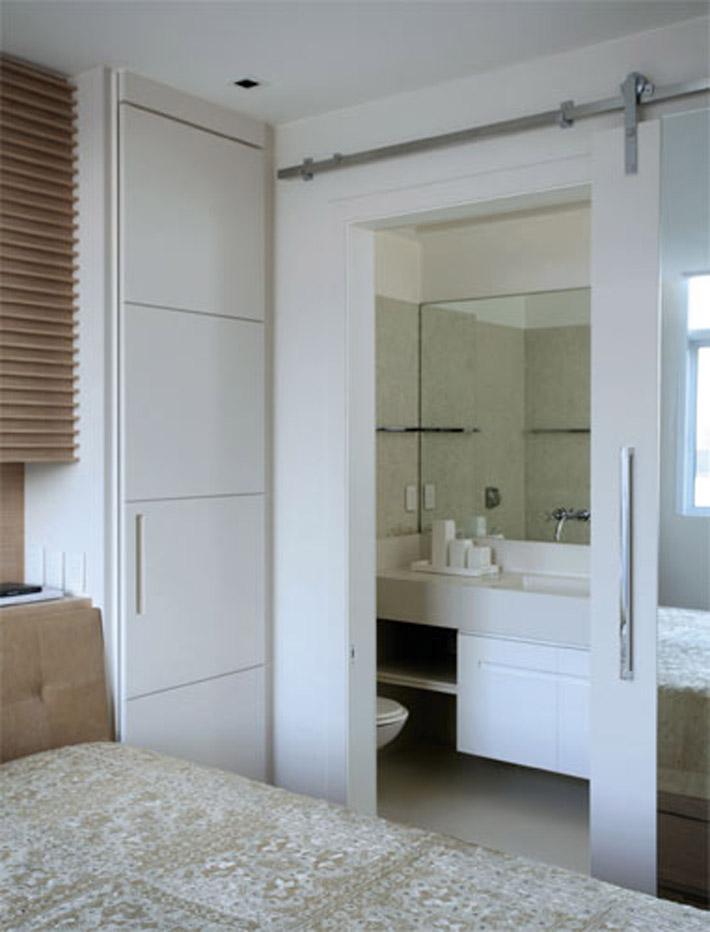 Portas de correr substituem paredes e muito mais!  Comprando Meu Apê -> Banheiro Pequeno Com Duas Portas