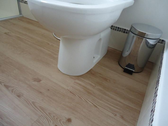 Piso vin lico na cozinha e no banheiro comprando meu ap for Pavimento vinilico adesivo leroy merlin