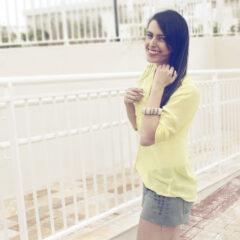 Look: camisa transparente amarela