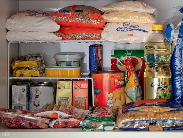 Como organizar os mantimentos nos arm rios da cozinha - Como organizar un armario pequeno ...