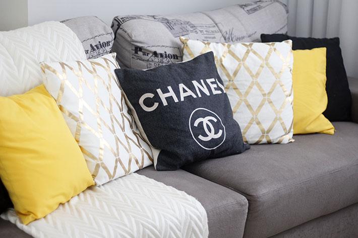 Almofadas Chanel, preta, amarela e dourada