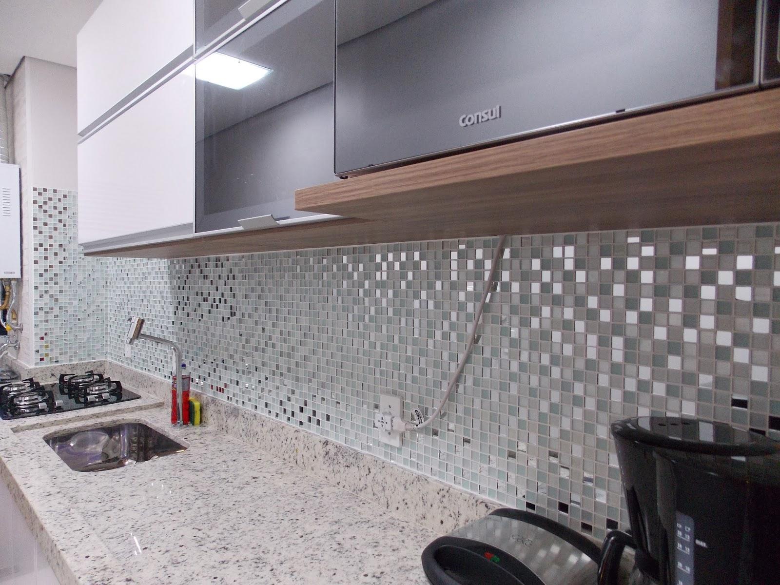 Pastilhas para usar na cozinha Comprando Meu Apê #735D50 1600x1200 Banheiro Com Pastilhas De Vidro Bege