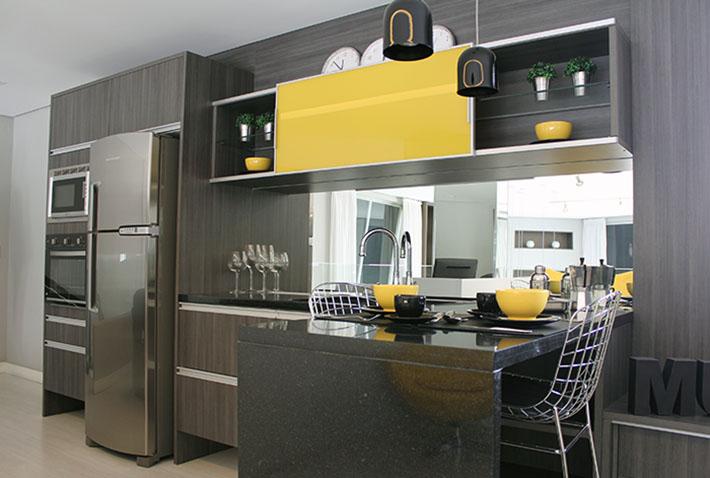 Cozinha planejada Amarela e madeira escura