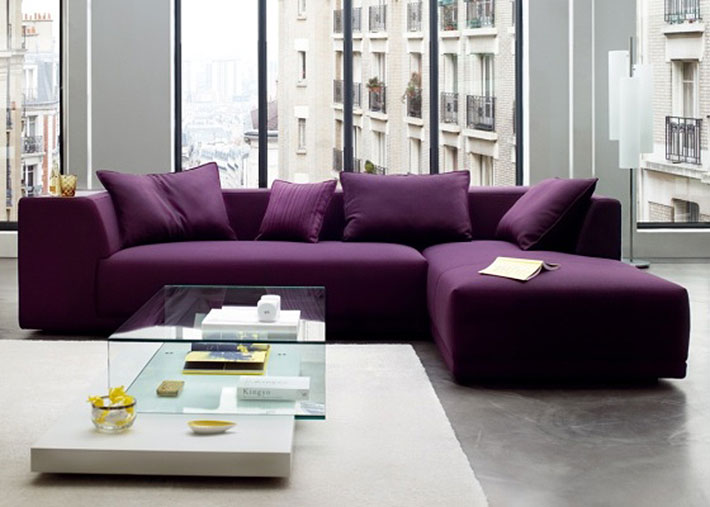 Sofá roxo na decoração da sala de estar
