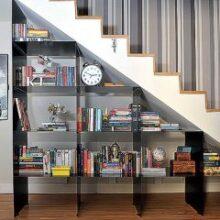Estante de livros embutida em escada